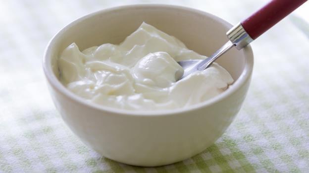 Pakai Masker Yoghurt untuk Mengatasi Mata Panda
