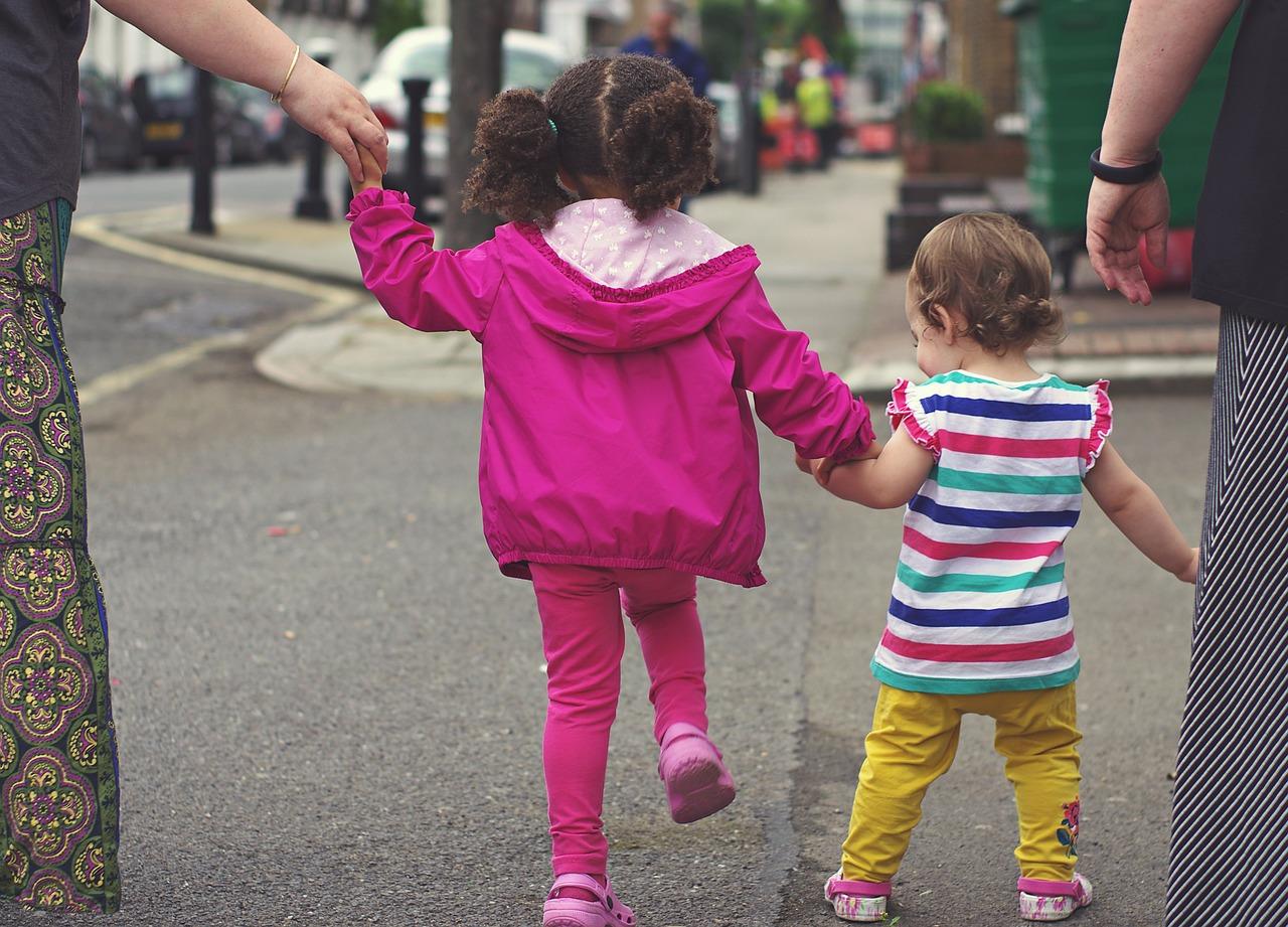 Cara Ampuh Ajari Anak Menghargai Orang Lain