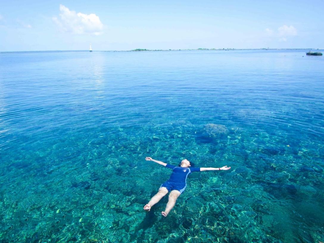Rasakan Sensasi Mengapung Tanpa Harus Berenang di Pantai Tureleto
