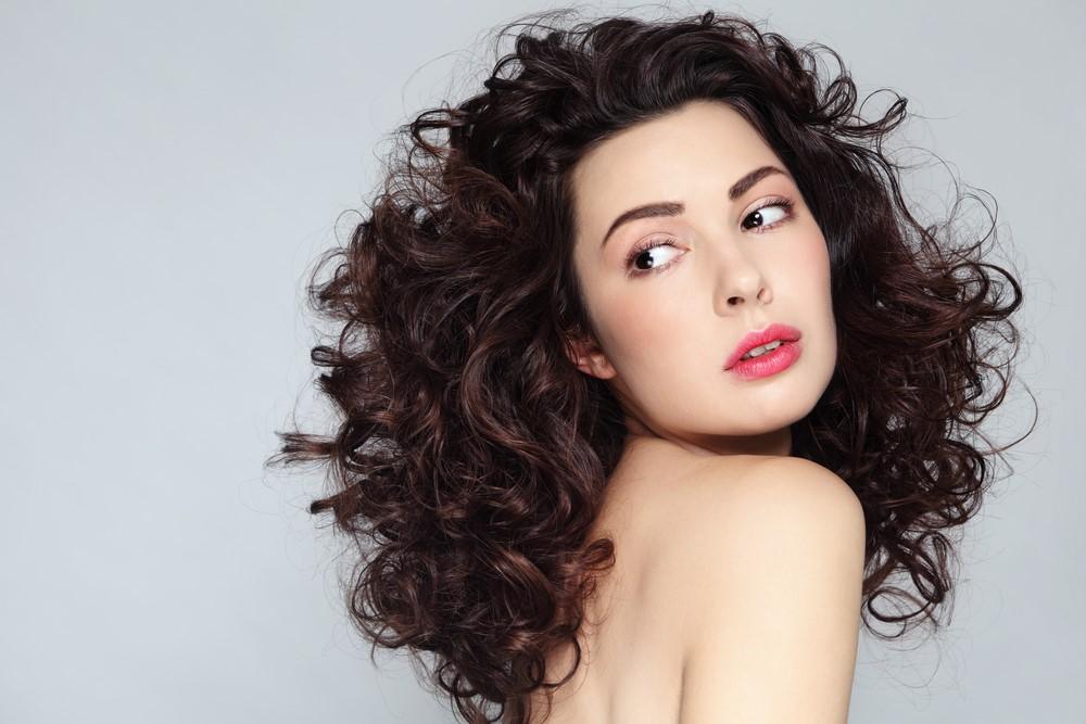Benarkah Rambut Keriting Bisa Jadi Lurus dengan Memakai Susu?