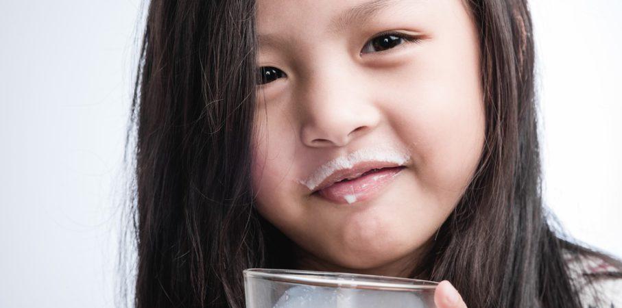 Menurut Penelitian, Minum Susu di Pagi Hari Cegah Gigi Berlubang!