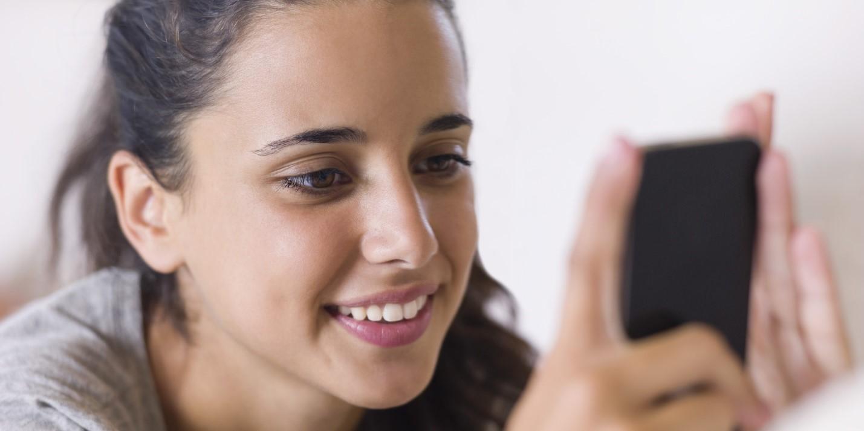 Ponsel Bisa Tingkatkan Risiko Depresi pada Remaja Wanita