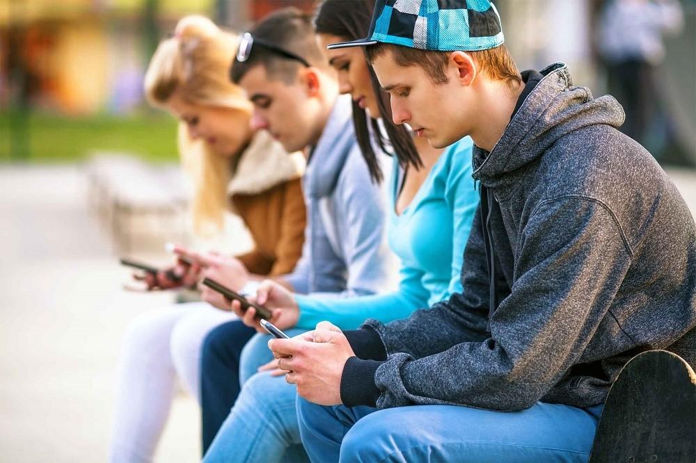 Hati-hati Milk Lovers, Smartphone Bisa Sebabkan Text Neck