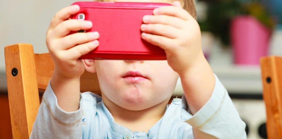 Waduh, Penelitian Buktikan Gadget Bikin Anak Kurang Tidur!