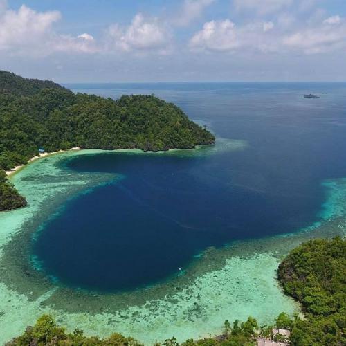 Pesona Keindahan Teluk Cinta di Pulau Labengki