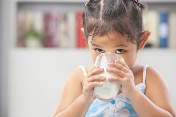 Susu Jangan Diberikan Saat Dekat Jam Makan Anak. Ini Alasannya!