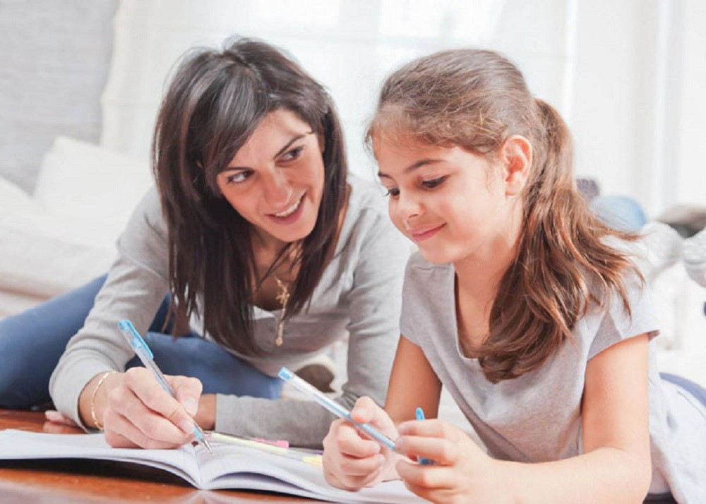 Cara Cerdas Bantu Si Kecil Mengerjakan Tugas Sekolah