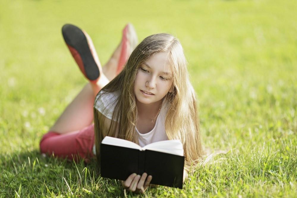 Ketimbang Sosial Media, Membaca Buku Bisa Jadi Cara Jitu Buat Usir Rasa Bosan!
