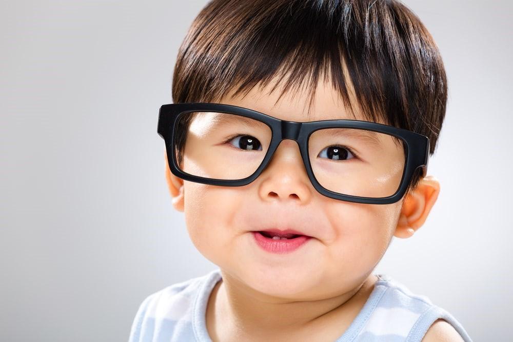 Catat! Ini Tanda Anak Harus Mulai Pakai Kaca Mata