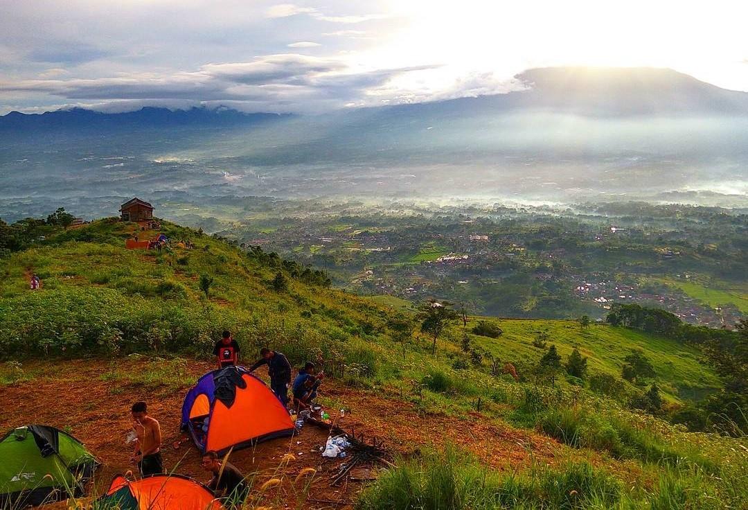 Bukit Alesano, Spot Camping Hits di Bogor