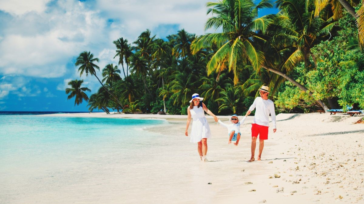 Tips Agar Kulit Tak Terbakar Usai Wisata di Pantai