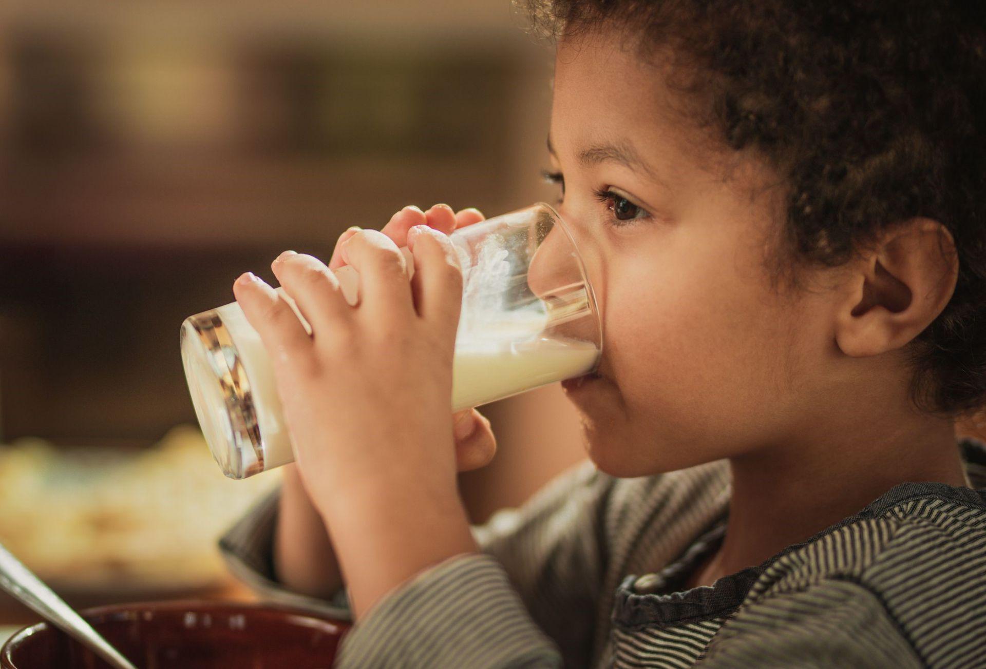 Usia Berapa Si Kecil Bisa Minum Susu UHT?