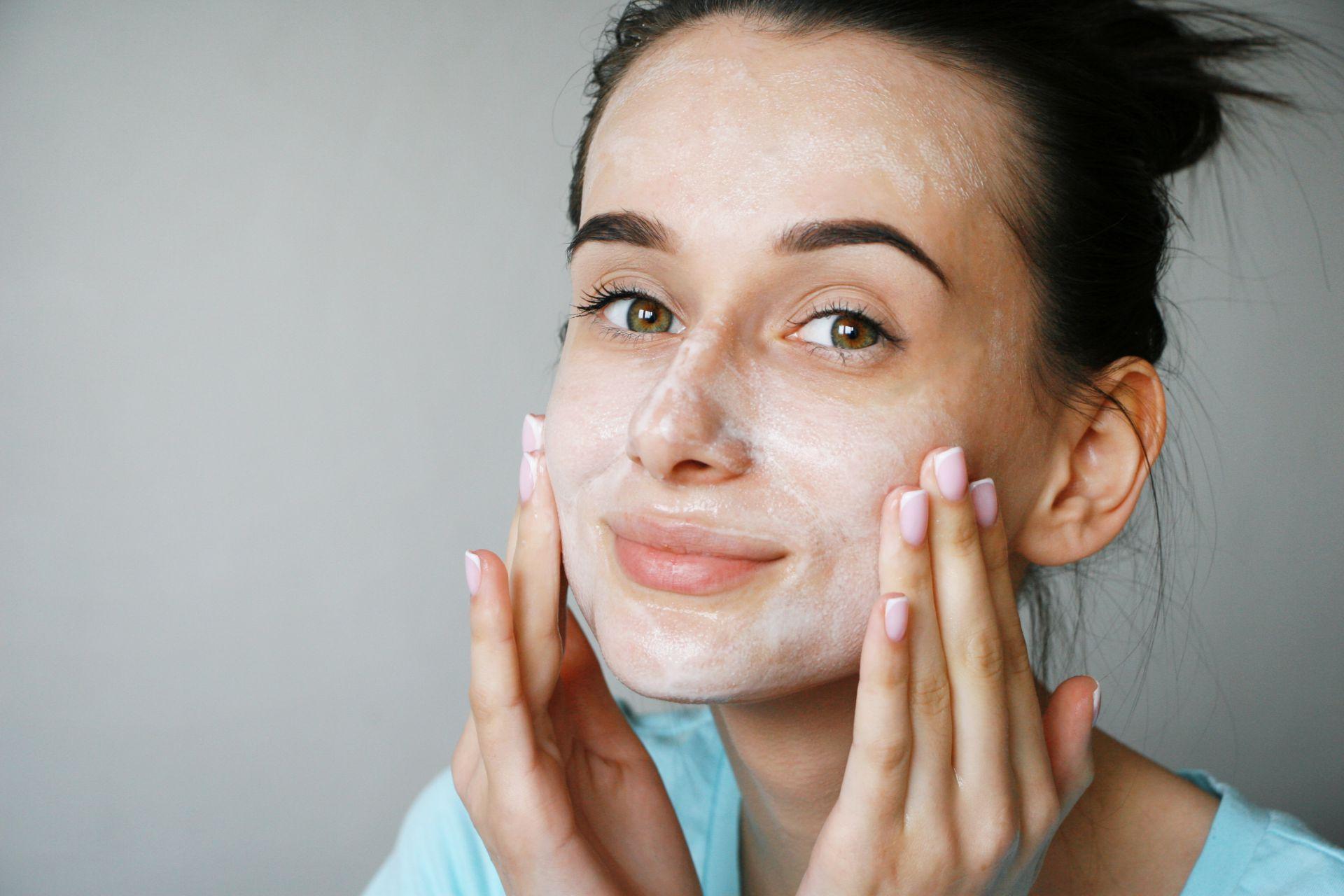 Cerahkan Wajah dengan Masker Susu Sebelum Tidur